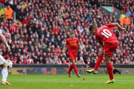 Филиппе Коутиньо забивает победный мяч в ворота «Манчестер Сити»