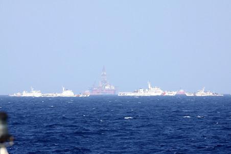 Китайская буровая платформа и охраняющие ее корабли в районе Парасел