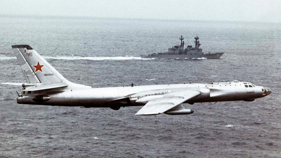 Ту-16 над группой сопровождения авианосца ВМС США «Китти Хок» (CV-63), 1986 год