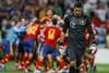 Патрисиу на фоне радующихся испанцев