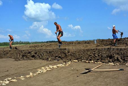 В археологических раскопках на древнеримской вилле и в хазарском поселке занято около 80 человек