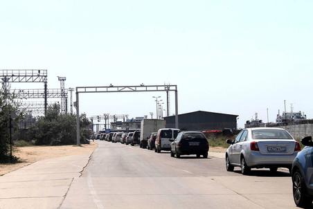 В автомобильной пробке перед портом можно провести до 40 часов