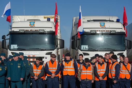 Водители и сотрудники МЧС у своих машин с гуманитарной помощью из Москвы в Крым