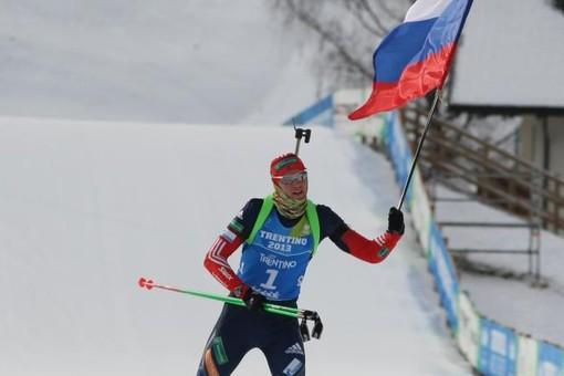 Биатлонист Александр Печенкин празднует победу в смешанной эстафете