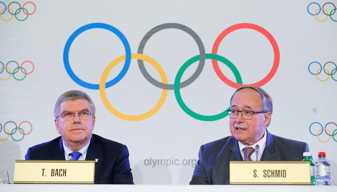Президент МОК Томас Бах и глава дисциплинарной комиссии МОК Самуэль Шмид на заседании исполкома