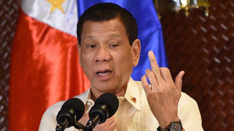 Огромный  таракан заполз напрезидента Филиппин вовремя выступления