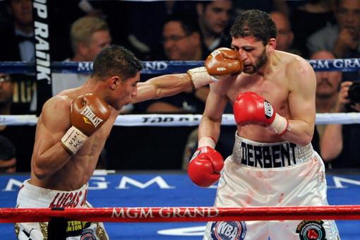 Российский боксер Хабиб Аллахвердиев в бою с американцем Джесси Варгасом потерпел первое поражение в карьере