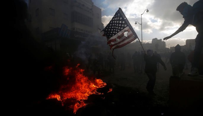 Милиция Ливана применила газ иводометы против протестующих упосольства США
