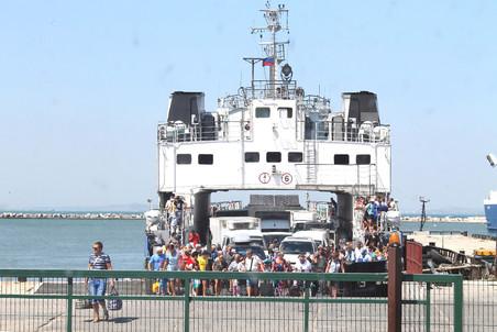 Пассажиры с крымской стороны выходят в порту Кавказ