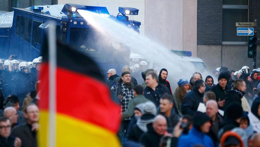 Митинг в Кёльне разогнали водометами