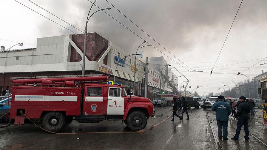 Ребенок разбился после прыжка изокна горящегоТЦ вКемерово