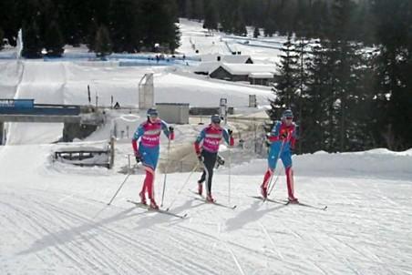 Биатлонистки на лыжах без оружия проходят трассу в Антерсельве