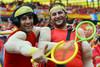 Испанские фанаты изображают знаменитых теннисистов Рафаэля Надаля и Роджера Федерера