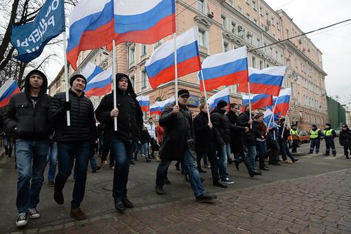Участники молодежных и ветеранских патриотических организаций во время шествия в Москве в поддержку соотечественников на Украине