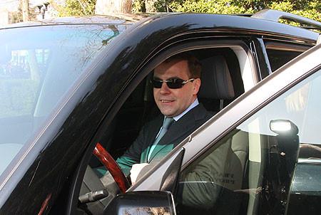 Когда никто не видит, президент становится обычным водителем