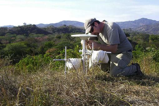 Эндрю Ньюман за установкой GPS-оборудования на полуострове Никоя в Коста-Рике в 2010 году