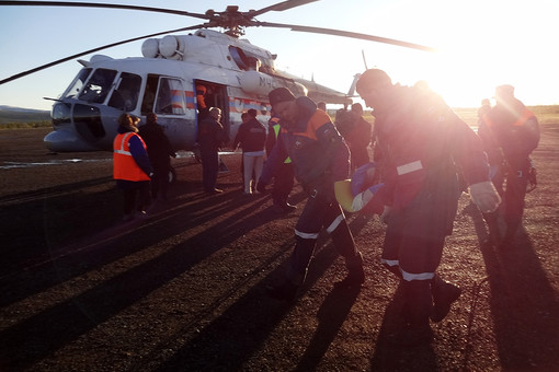 Спасатели МЧС России на месте крушения вертолета Ми-8 в Якутии