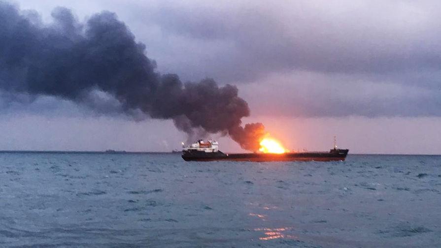 ВКерченском проливе после взрыва загорелось два судна, люди скачут  заборт