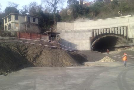 На месте этого дома должны были начать строить второй тоннель