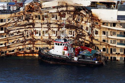 Лайнер Costa Concordia, затонувший два года назад