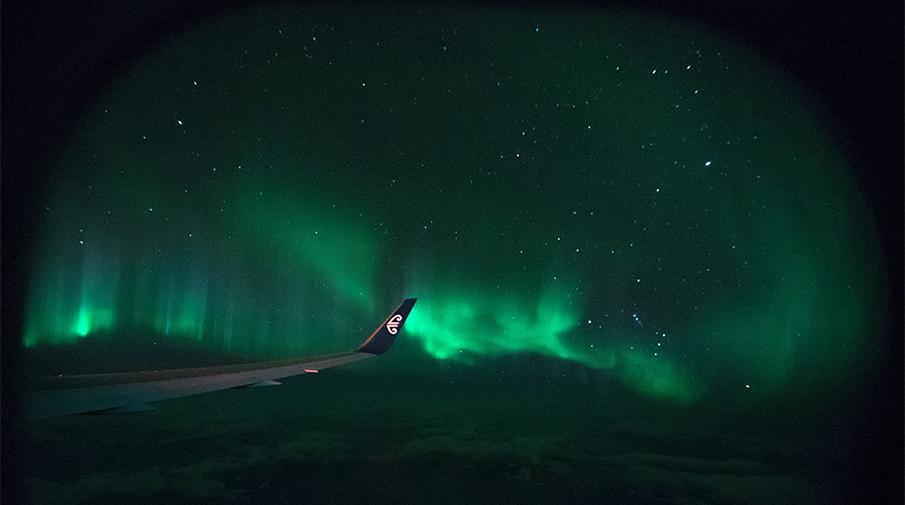 Пассажиры самолета впервый раз полетели вцентр полярного сияния