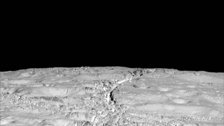 Зонд Cassini прислал снимки странных трещин на Энцеладе