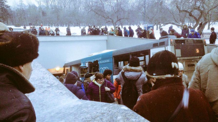 В итоге наезда автобуса налюдей в столицеРФ погибло 5 человек