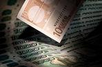 Рубль продолжает падение, евро выше 49 руб., доллар достиг максимума 2009 года