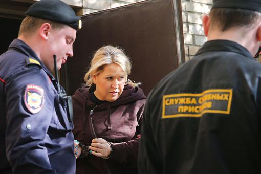 Евгения Васильева, приговоренная к пяти годам лишения свободы в колонии общего режима по делу о хищениях в «Оборонсервисе», на выходе из здания Пресненского суда