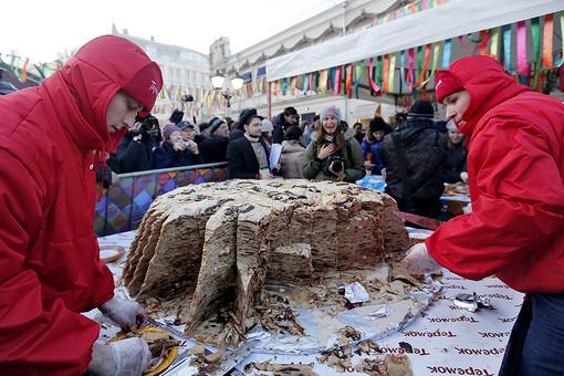 Масленичный пирог диаметром 1,5 м на Кузнецком Мосту