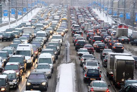 Снегопад стал причиной многокилометровых пробок