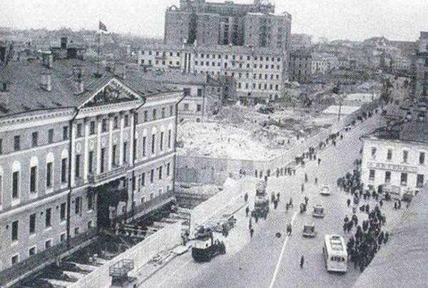 Нынешнее здание мэрии Москвы передвинуто вглубь улицы на 13 м и надстроено двумя этажами в 1930-е...