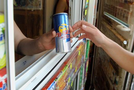 Продажа энергетических напитков несовершеннолетним может оказаться под...