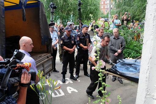 Сотрудники правоохранительных органов у подъезда жилого дома в Нижнем Новгороде, где обнаружены убитые дети