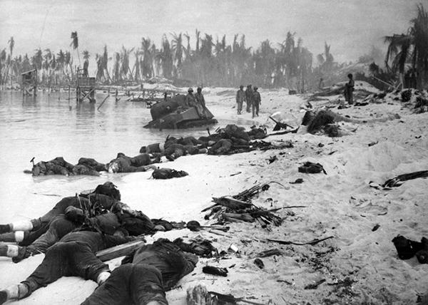 Тела американских солдат на побережье Таравы – свидетельство жестокости боев, развернувшихся за этот клочок песка при вторжении сил США на Острова Гилберта в конце ноября 1943 года