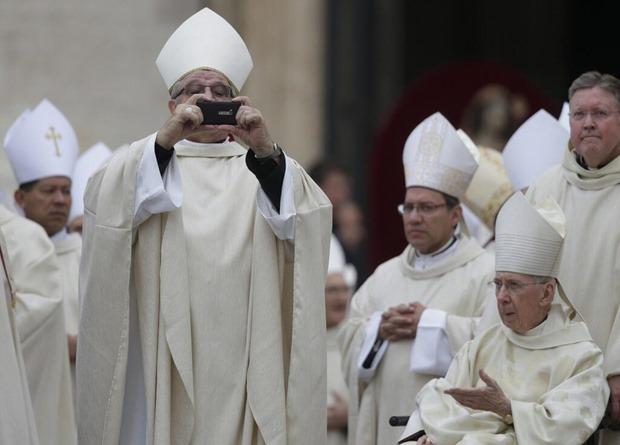 Папа Франциск не стесняется делать фотографии на Lumia 900