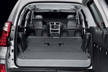 Если же сложить второй и третий ряд сидений, образуется пространство объемом почти в два кубометра. При таких размерах багажника, перевезти холодильник не составит труда