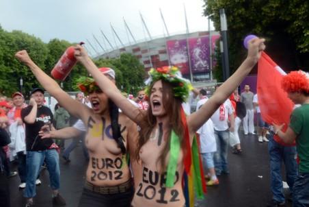 Активистки FEMEN в Варшаве 8 июня перед Национальным стадионом
