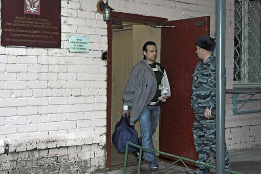 Илья Фарбер выходит из дверей следственного изолятора