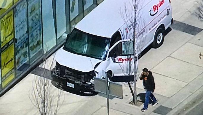 Фургон въехал втолпу пешеходов вТоронто, пострадали десять человек