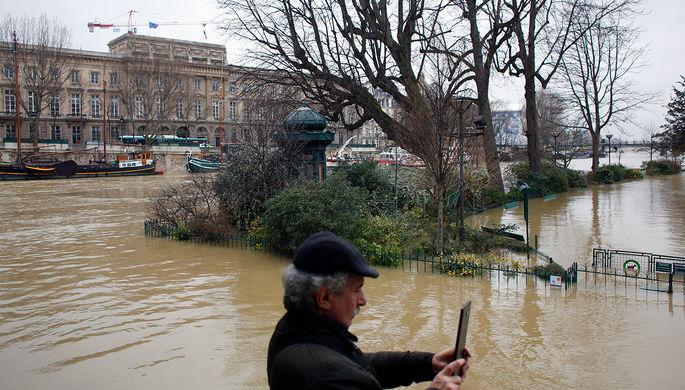 Наводнение встолице франции: проводится эвакуация людей имузейных экспонатов