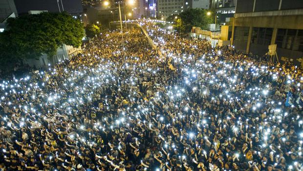Огни смартфонов как протест против отключения доступа