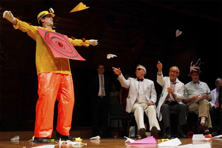 Бумажные самолетики— неизменный атрибут церемонии вручения Шнобелевской премии