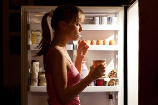 Прибавку в весе, связанную с недосыпом, ученые связывают с ночным перееданием
