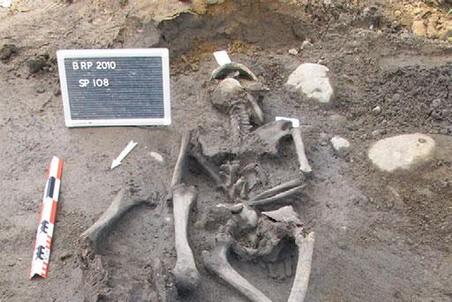 Одна из могил, содержащих останки двух человек // Antiquity Publications Ltd