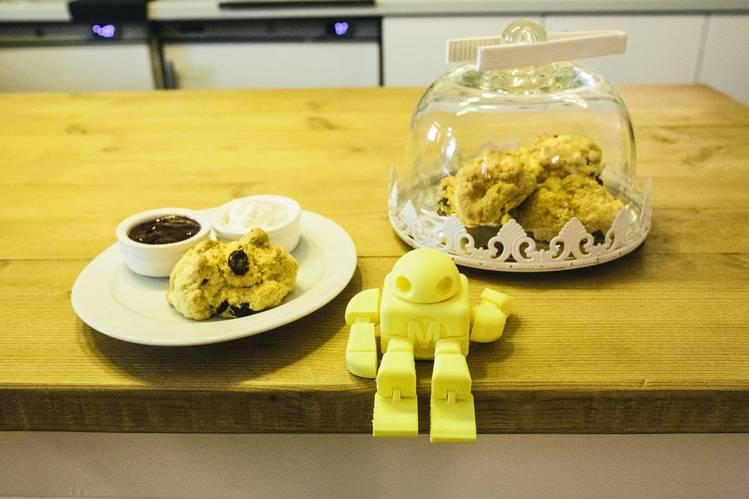 Свежеиспеченные печенья и робот