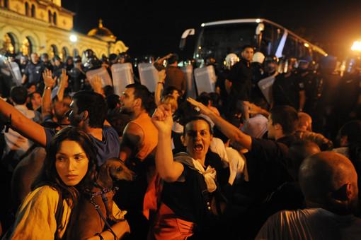 Болгарская оппозиция более 7 часов держала в осаде здание парламента