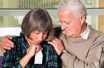 Мужчины выбирают более молодых партнерш к старости — это основная причина наступления менопаузы у женщин