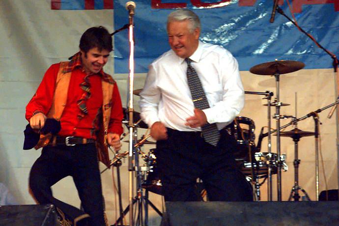 Борис Ельцин после выступления на молодежном концерте в рамках акции «Голосуй или проиграешь!» в Ростове-на-Дону, 1996 год