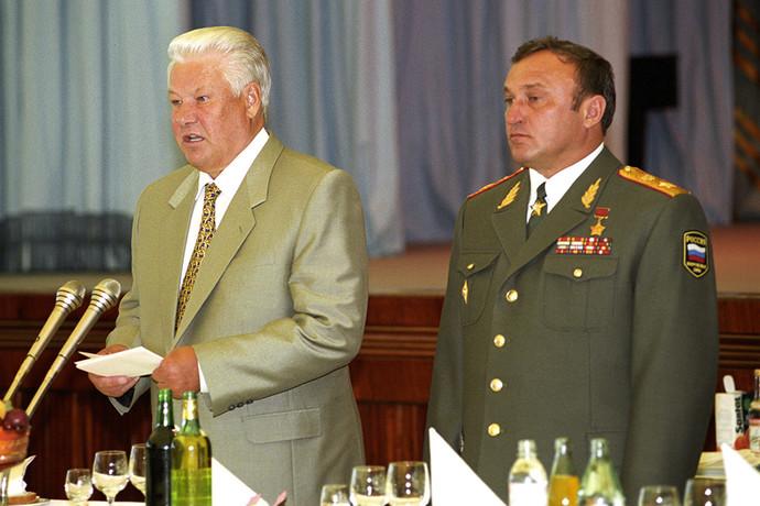 Борис Ельцин и министр обороны РФ Павел Грачев